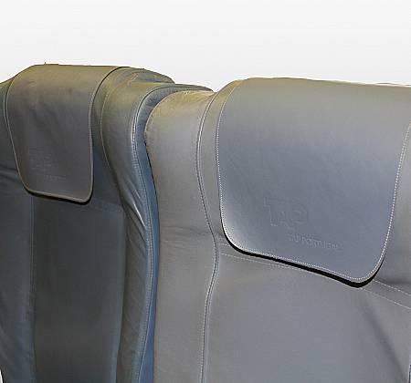 Cadeira tripla de classe económica de um avião da TAP Air Portugal - 13