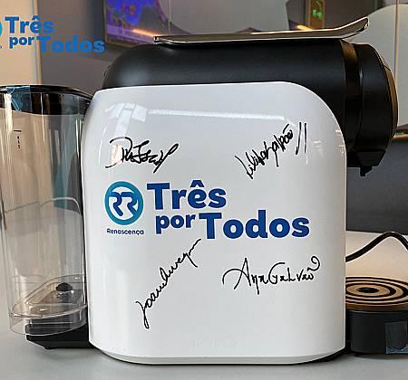 Máquina de café Qool Evolution da Delta com a imagem Três por Todos assinada pelos animadores Renascença