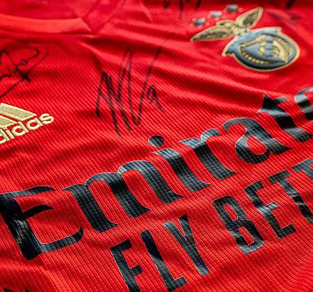 Camisola oficial Sport Lisboa e Benfica autografada pelo plantel - Época 2020/2021